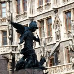 Bronzestatue an der Mariensäule, Kampf gegen einen Drachen