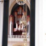 Blick durch ein Treppengeländer auf die Orgel im Münchner Dom