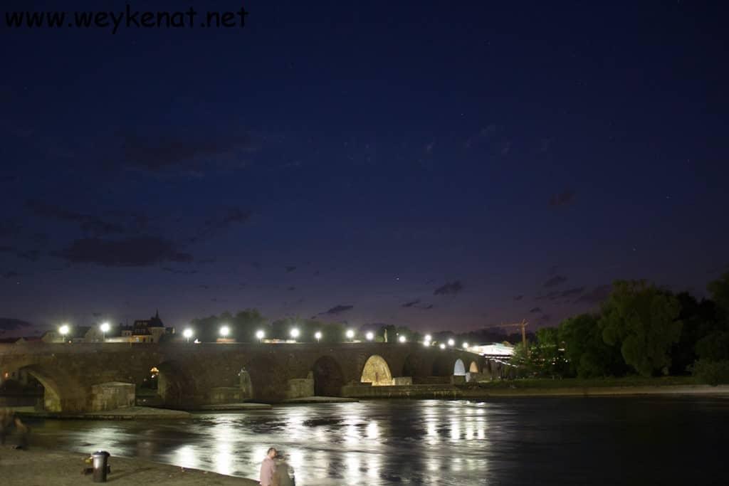 Blick auf die Steinerne Brücke (Regensburg) Abends